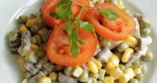 Мясной салат с овощами и горошком