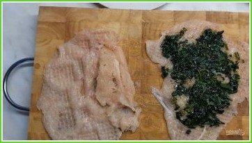 Куриные рулетики со сливочным шпинатом и хрустящим беконом - фото шаг 2