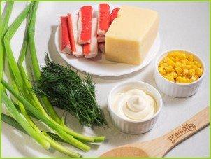 Салат с крабовыми палочками, кукурузой и сыром - фото шаг 1