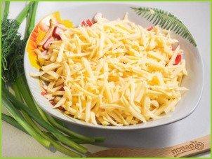Салат с крабовыми палочками, кукурузой и сыром - фото шаг 3