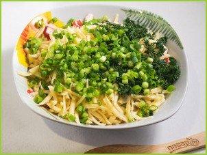 Салат с крабовыми палочками, кукурузой и сыром - фото шаг 4