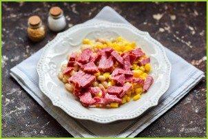 Салат с кукурузой, колбасой и фасолью - фото шаг 3