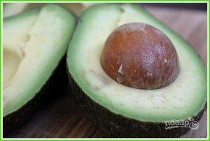 Оригинальная яичница в авокадо - фото шаг 1