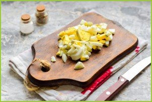 Салат с копченой курицей и грецкими орехами - фото шаг 3