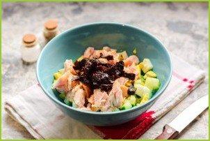 Салат с копченой курицей и грецкими орехами - фото шаг 5